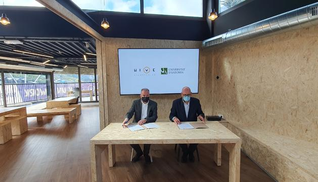 Mora i Nicolau durant la signatura del conveni