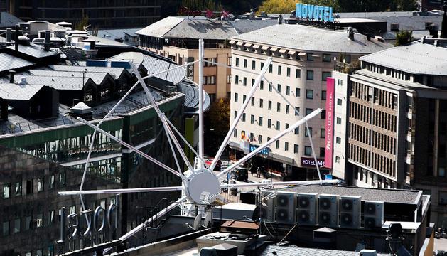 La roda de fira de la plaça de la Rotonda es troba en plena instal·lació.