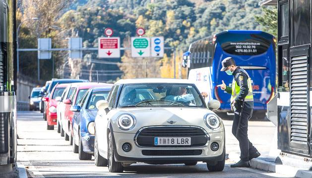 Vehicles fent cua a la frontera del riu Runer en la primera jornada de restriccions de mobilitat a Catalunya.