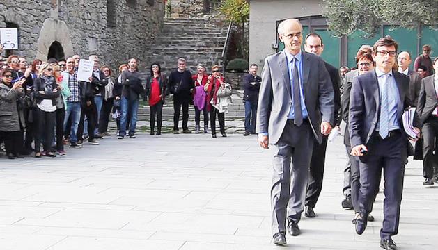 Protesta de funcionaris el dia que el Consell va aprovar la reforma de la jubilació pública.