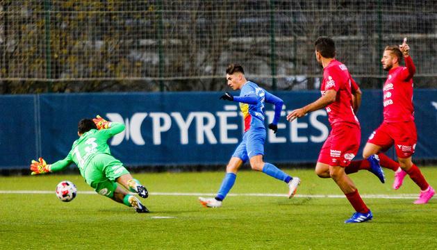 Iker Goujón resol davant Batalla l'acció que va originar el primer i únic gol del partit d'ahir a Prada de Moles.