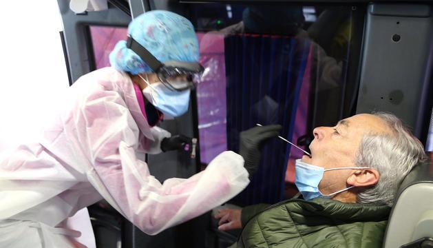 Una infermera fent una prova TMA al dispositiu.