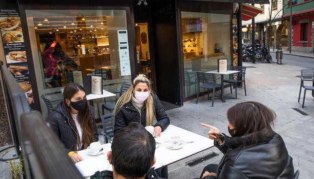 Quatre treballadors prenen un cafè en un bar del centre de la capital.