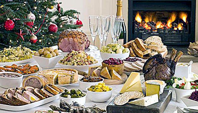 El menú nadalenc es compon d'aperitius i sopa de primer, carn de segon i torrons de postre.