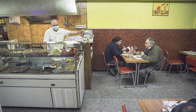 Els propietaris dels establiments durant la seva jornada laboral.