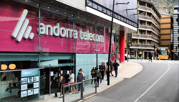 Clients fent cua a l'exterior d'Andorra Telecom.