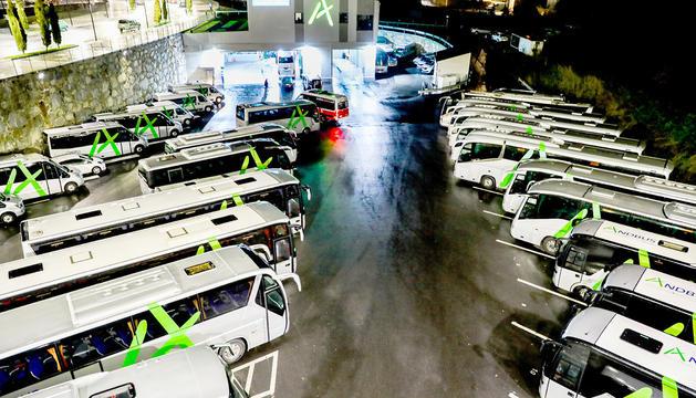 Flota d'autobusos d'Andbus al pàrquing de la capital.