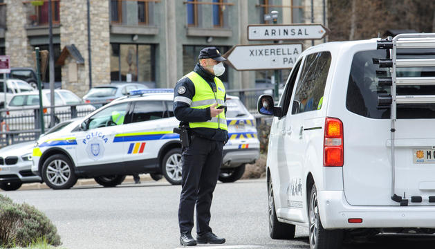 Un agent de policia realitzant un control a un vehicle.