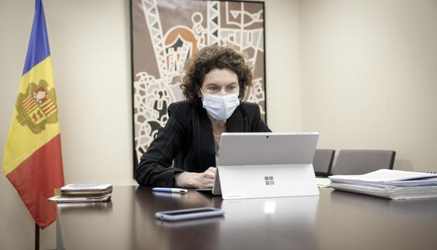 La ministra Maria Ubach durant la reunió