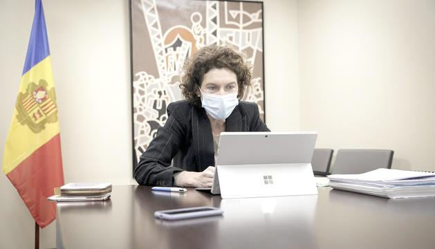 La ministra Ubach durant la reunió.