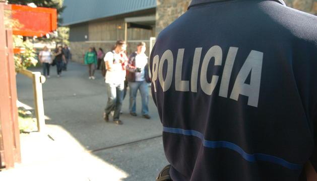 Un agent de policia a la sortida d'una escola