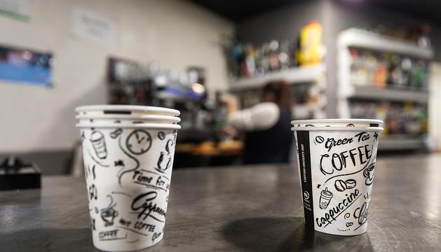 Gots per al cafè en un establiment del país.