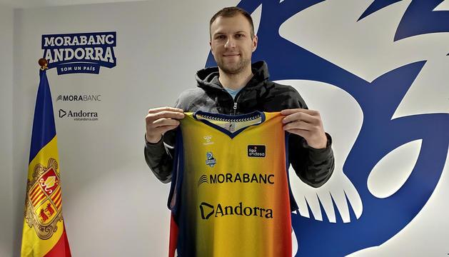 Artsiom Parakhouski amb la samarreta tricolor a les oficines del club.