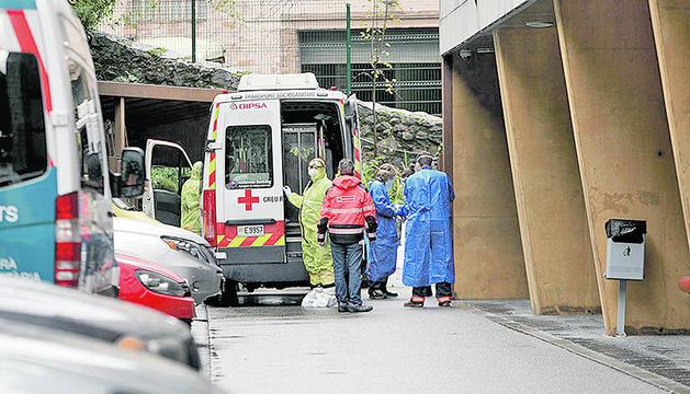 Sanitaris traslladant pacients de Salita a El Cedre el passat divendres.