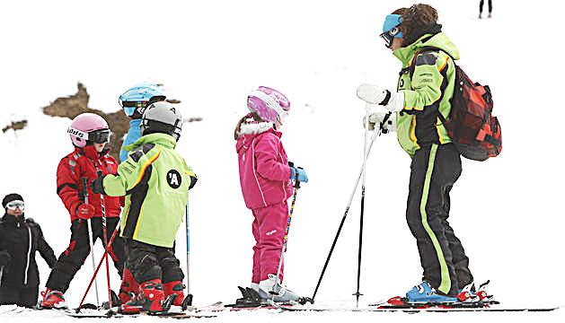 Escolars durant una classe d'esquí.