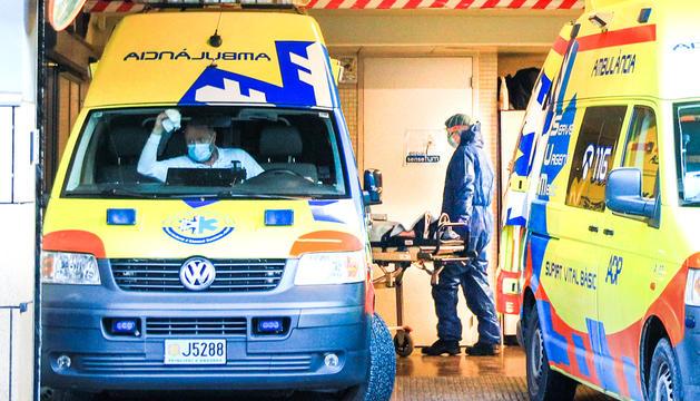 Un sanitari traslladant un pacient a l'hospital.