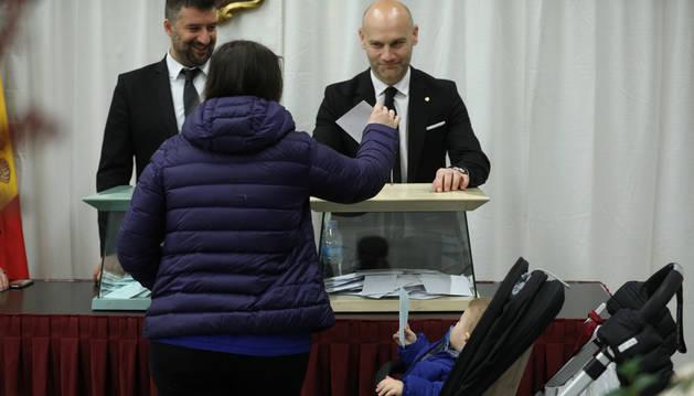 Una dona exerceix el seu dret a vot a Escaldes.