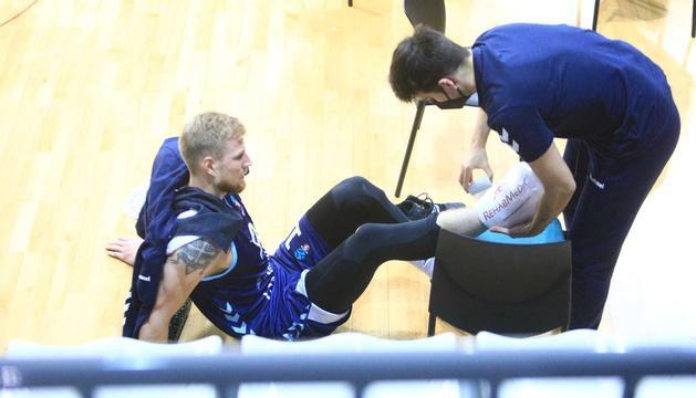 Haukur Palsson, sent atès pel fisioterapeuta del MoraBanc, en el duel de dimecres