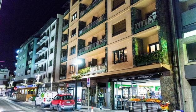 En primer terme, l'edifici de l'avinguda Verge de Canòlich on els veïns denunciaven el moviment de joves per comprar droga.