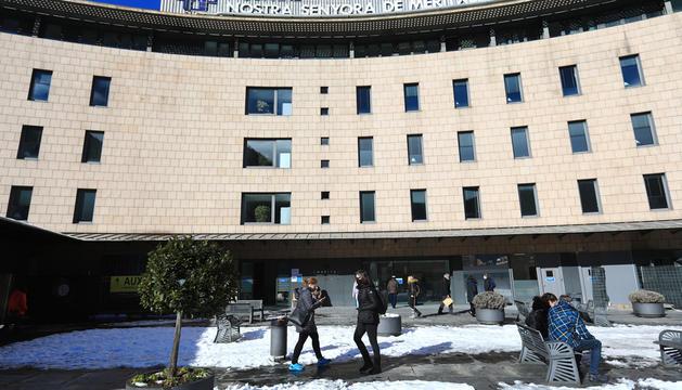 Diversos ciutadans a la plaça adjacent a l'entrada principal de l'hospital Nostra Senyora de Meritxell.