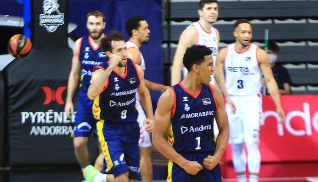 'Tyson' Pérez i Llovet celebren amb efusivitat una acció ofensiva del MoraBanc Andorra, ahir al Poliesportiu davant el Bilbao.