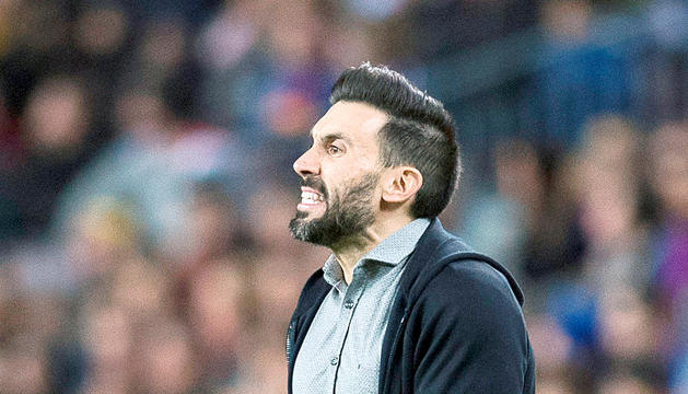 El nou tècnic de l'FCAndorra, Eder Sarabia, donant instruccions al Camp Nou.