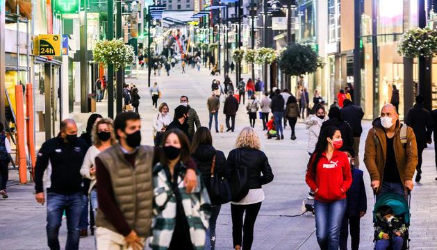 Ciutadans transitant per l'avinguda Meritxell.