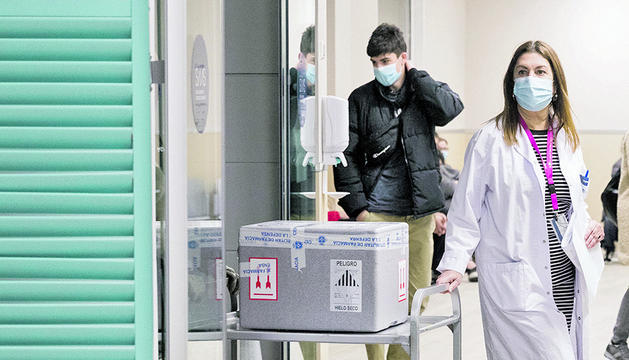 L'arribada de les primeres vacunes de Pfizer a l'hospital ahir a la tarda.