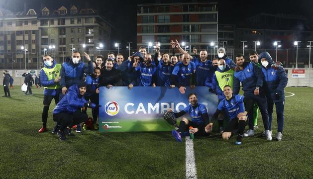 Els futbolistes de l'Inter Escaldes amb el trofeu.