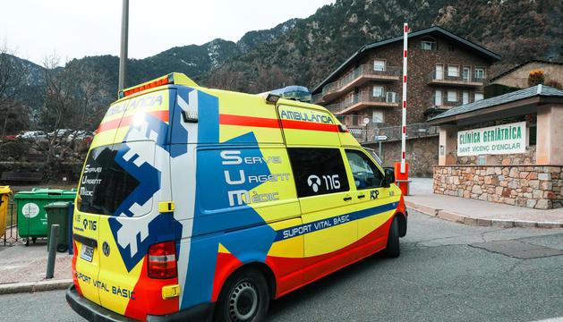 Una ambulància entrant a Sant Vicenç d'Enclar.