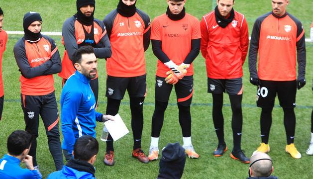 Eder Sarabia conversant amb els futbolistes.