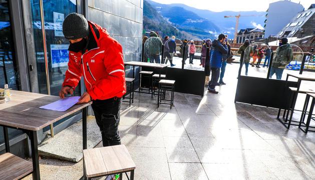 Els monitors de Vallnord-Pal Arinsal a la plaça de les Fontetes.