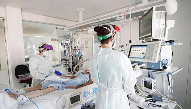 Unes infermeres en una UCI.