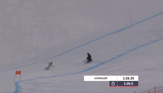 El moment en què un treballador de pistes ha creuat la pista en plena baixada de Verdú.