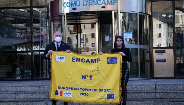 Laura Mas rep la bandera de millor Vila Europea de l'Esport