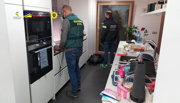 Agents de la guàrdia civil durant el registre