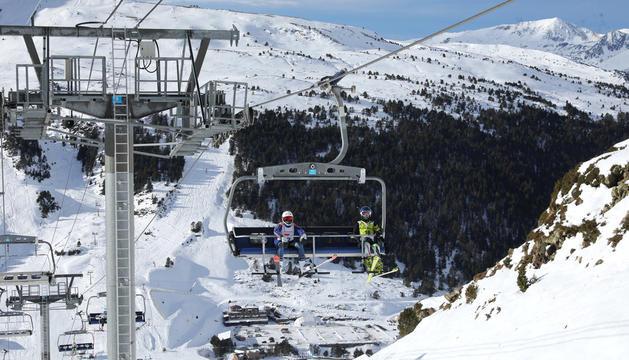 Dos esquiadors en una de les pistes del Principat.