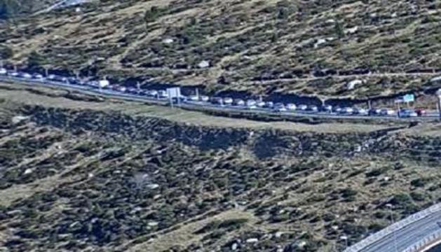 La llarga fila de vehicles que s'ha acumulat aquesta tarda en direcció a França.
