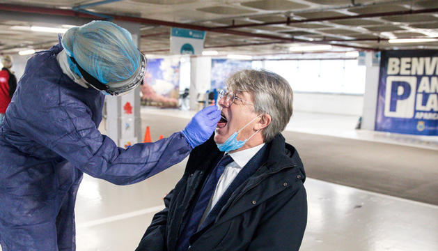 L'ambaixador de França, Jean-Claude Tribolet, fent-se una prova TMA a l''stop lab' de Prat de la Creu.