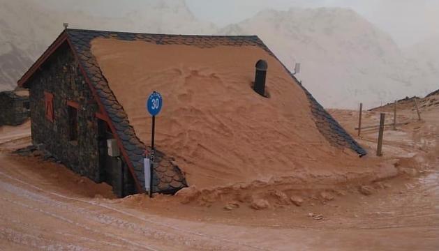 La pols del Sàhara tenyeix les pistes de marró