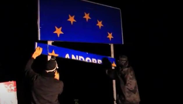 Els joves d'Arran trencant el senyal de la frontera amb Andorra.