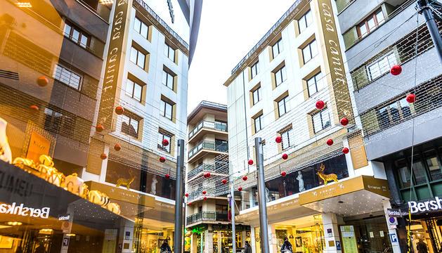 L'hotel Canut fa una cinquantena d'anys que llueix a l'avinguda Carlemany.