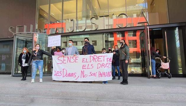 Persones donant suport a Mendoza a la porta de la Seu de la Justícia