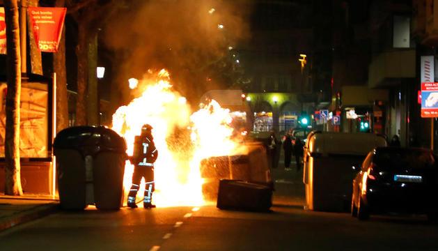Contenidors cremant a Lleida.