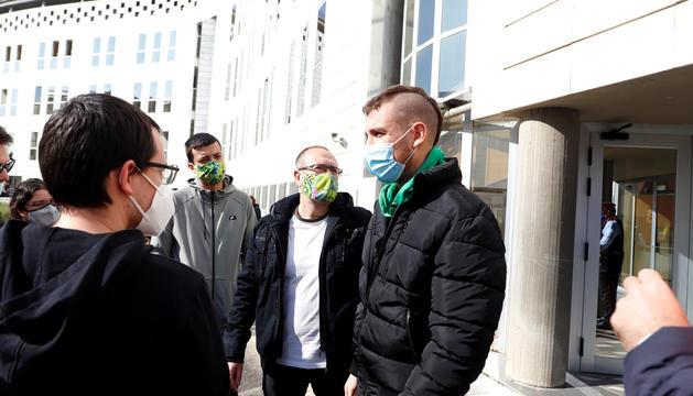 Un dels joves arrestats al jutjat de Lleida després de ser alliberat.
