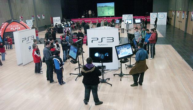 Visitants del primer saló del videojoc al Prat del Roure.