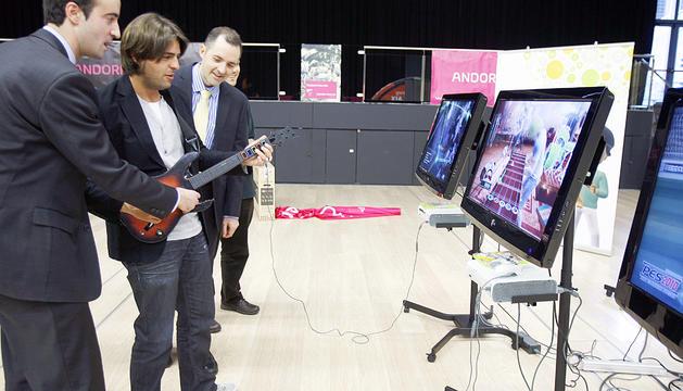 Membres d'Andorra telecom fent proves abans d'obrir.