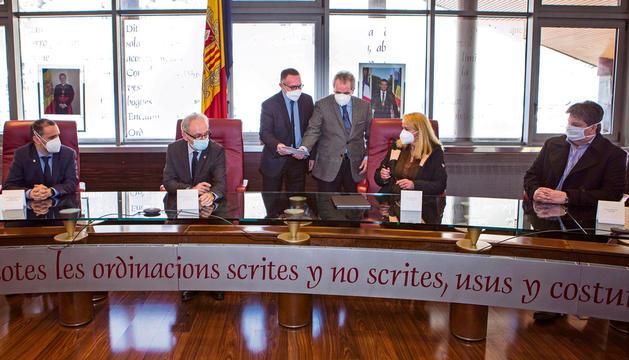 Els advocats i les parts en el moment de la signatura.