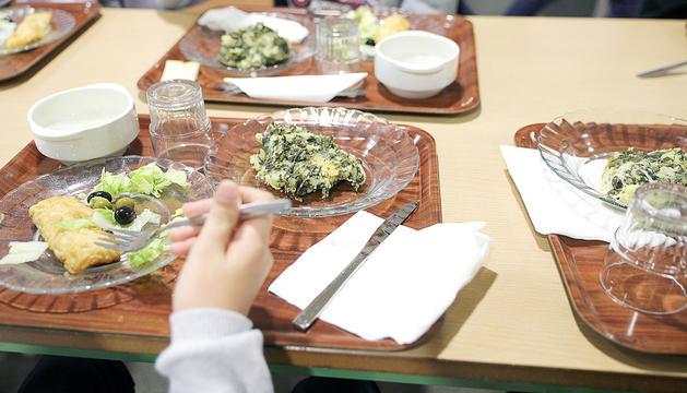 Infants en un menjador escolar.