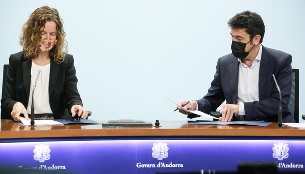 La ministra Sílvia Calvó i el cònsol major d'Ordino, Josep Àngel Mortés, han signat el conveni aquest matí
